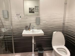 A bathroom at Hotell TunaPark