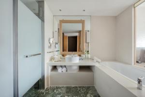A bathroom at InterContinental Suzhou, an IHG Hotel