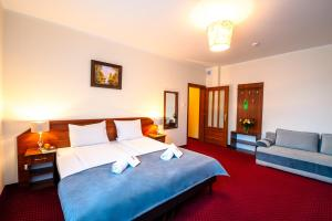A bed or beds in a room at Hotel Kasztelan