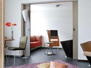 Ein Sitzbereich in der Unterkunft Aparthotel Adagio Bordeaux Centre Gambetta