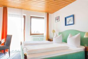 Ein Bett oder Betten in einem Zimmer der Unterkunft Pension Dorfkrug