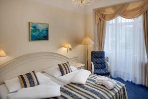 Postel nebo postele na pokoji v ubytování Ensana Grandhotel Pacifik
