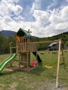 Aire de jeux pour enfants de l'établissement Les chalets de la forêt d'Issaux