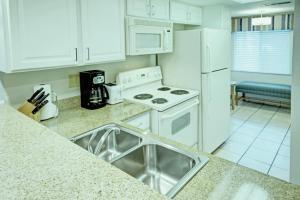 A kitchen or kitchenette at Club Wyndham Orlando International