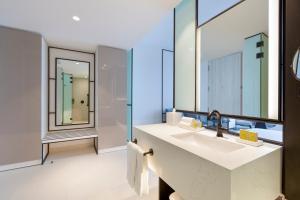 A bathroom at Hilton San Jose La Sabana