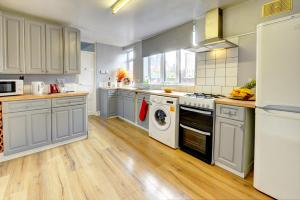 A kitchen or kitchenette at GENEROUS CONTRACTOR HOUSE NEAR A444 M6 o PARKING Spring Nest BY PASSIONFRUIT PROPERTIES