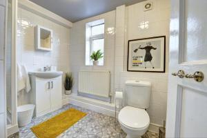 A bathroom at GENEROUS CONTRACTOR HOUSE NEAR A444 M6 o PARKING Spring Nest BY PASSIONFRUIT PROPERTIES