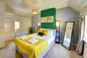 A bed or beds in a room at GENEROUS CONTRACTOR HOUSE NEAR A444 M6 o PARKING Spring Nest BY PASSIONFRUIT PROPERTIES