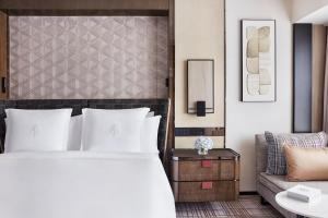 A bed or beds in a room at Four Seasons Hotel Hong Kong