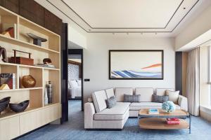 A seating area at Four Seasons Hotel Hong Kong