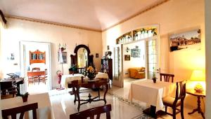 A restaurant or other place to eat at Hotel Casa Mia