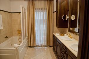A bathroom at Hotel Casa Capsa