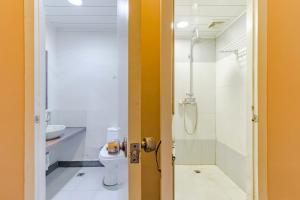 A bathroom at Old Street International Youth Hostel