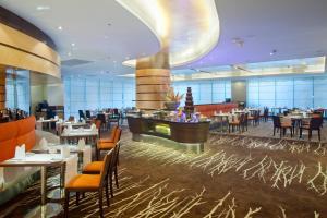 Ein Restaurant oder anderes Speiselokal in der Unterkunft Holiday Inn Shenzhen Donghua, an IHG Hotel
