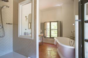A bathroom at Château de Fonscolombe