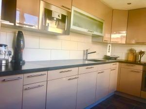 A kitchen or kitchenette at Modern townhouse with garden