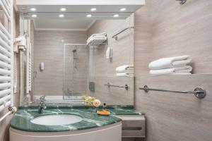 A bathroom at Valamar Meteor Hotel