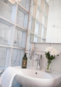 A bathroom at Utstein Kloster