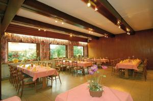 Ein Restaurant oder anderes Speiselokal in der Unterkunft Hotel Weinhaus Kreuter