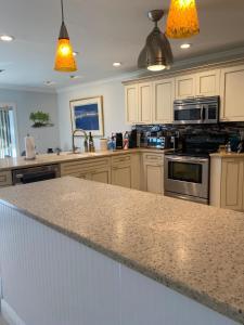 Küche/Küchenzeile in der Unterkunft This Oasis Is The Cape's Best Place To Stay