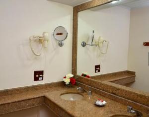A bathroom at Hotel Girassol