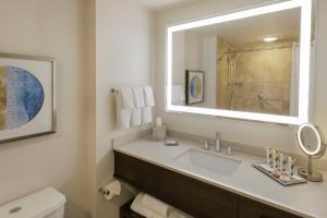 A bathroom at Hilton Hawaiian Village Waikiki Beach Resort