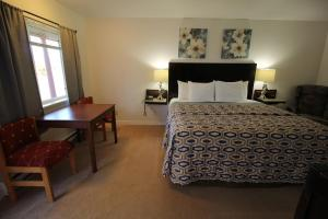 A bed or beds in a room at Mariners Cove Inn