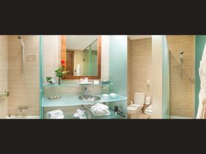 A bathroom at Sercotel Sorolla Palace