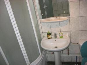 A bathroom at Lary Hostel