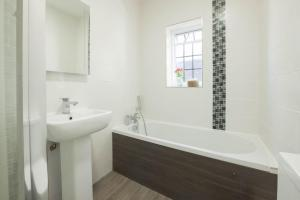 A bathroom at The Bugle Inn