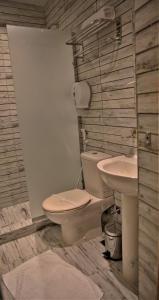 A bathroom at Valencia Hotel Downtown