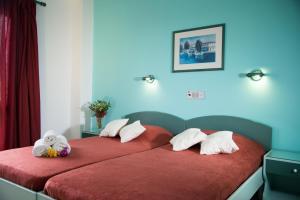 Een bed of bedden in een kamer bij Theoni Apartments