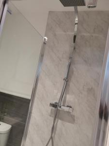 A bathroom at Modern studio in the heart of Maidstone