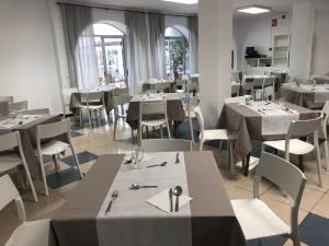 A restaurant or other place to eat at Hotel Internacional