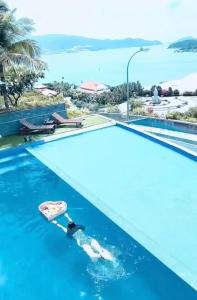 A view of the pool at Harbor View Villa or nearby