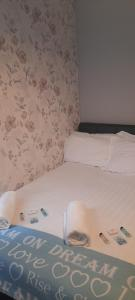 A bed or beds in a room at Penzance Cottage