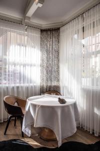 Ein Restaurant oder anderes Speiselokal in der Unterkunft Relais et Châteaux Le Chambard