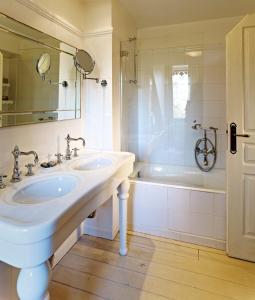 A bathroom at Chateau De Germigney
