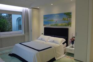 A bed or beds in a room at Villa Marinella