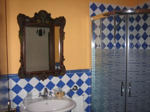 A bathroom at Hotel Palacio Oxangoiti