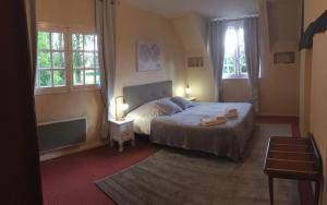 A bed or beds in a room at Le Domaine du Moulin Foulon