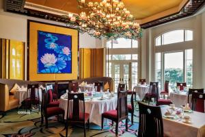 A restaurant or other place to eat at Hong Kong Disneyland Hotel
