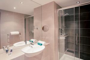 A bathroom at Mercure Bristol Holland House