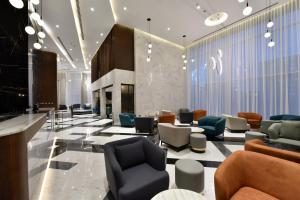 The lounge or bar area at Swiss-Belsuites Admiral Juffair