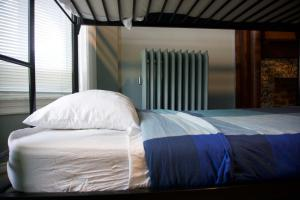 A bed or beds in a room at Wrigley Hostel - Chicago