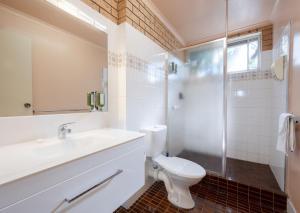 A bathroom at Colac Mid City Motor Inn