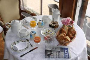 Breakfast options available to guests at Château Des Bondons