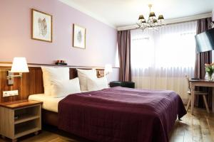 A bed or beds in a room at Hotel Elch