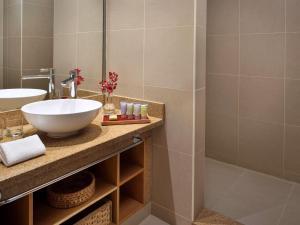 A bathroom at Mövenpick Resort & Spa Tala Bay Aqaba