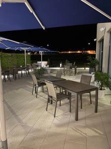 A restaurant or other place to eat at i - PARK Hotel Klingholz